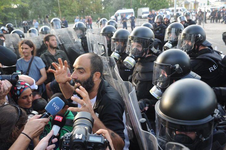 Ugye+emlékeznek+Ahmed+H.-ra?+Ő+az,+akit+a+2015-ös+röszkei+határincidens+miatt+a+Szegedi+Törvényszék+bűnösnek+talált+terrorcselekmény+elkövetésében+és+ezért+10+év+fegyházra+és+Magyarországról+kitiltásra+ítélte.    Kép:NOL.hu  Az+ítélet+szerint+megafonon+keresztül+ő+irányította+a+tömeget,+kővel…