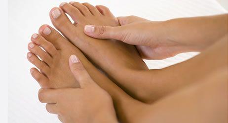 Ein Kribbeln oder Taubheitsgefühl an Händen, Füßen und anderen Körperstellen deutet auf Nervenstörungen oder Durchblutungsmangel hin – oder auf psychische Ursachen