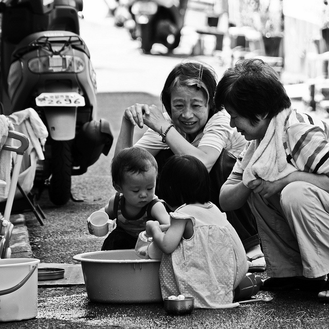 """""""Grandmas / 09:07"""", Jugando con los niños"""