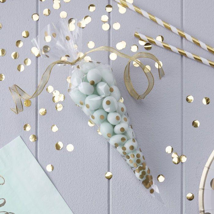 Fill these Gold Dots bags with candy and it will be a sweet wedding favor / Vul deze Gouden Stippen zakjes met snoep en het is een zoet trouwbedankje / Shop Weddingdeco: https://www.weddingdeco.nl/snoepzakken-dots-goud-pick-mix-10st/
