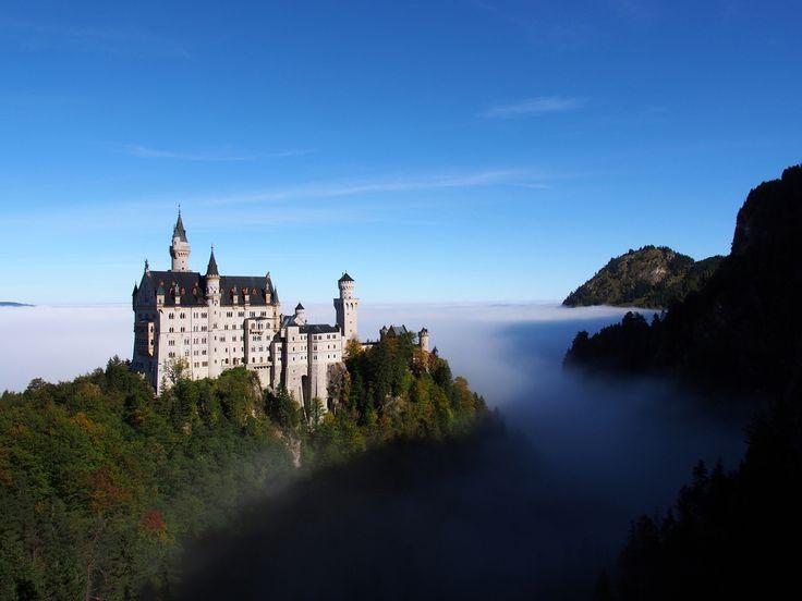 Neuschwanstein, położony wśród szczytów bawarskich Alp. Znajdująca się tuż przy granicy z Austrią atrakcja powstała jako urzeczywistnienie wizji ekscentrycznego króla - Ludwika II. Zamek stał się prawdziwym symbolem, nie tylko największego niemieckiego landu, ale także całego kraju.