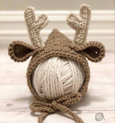 Crochet newborn deer bonnet (free crochet pattern) // Horgolt rénszarvas baba sapka (főkötő) - ingyenes horgolásminta // Mindy - craft tutorial collection // #crafts #DIY #craftTutorial #tutorial #SantaCrafts #Santa #ChristmasCrafts #Mikulás #Télapó