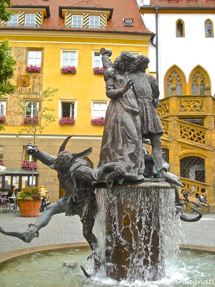 ... Fontana in marmo con gruppo bronzeo in Rathaus platz - Amberg (D) - 03 lug 2007 - © Umberto Garbagnati -