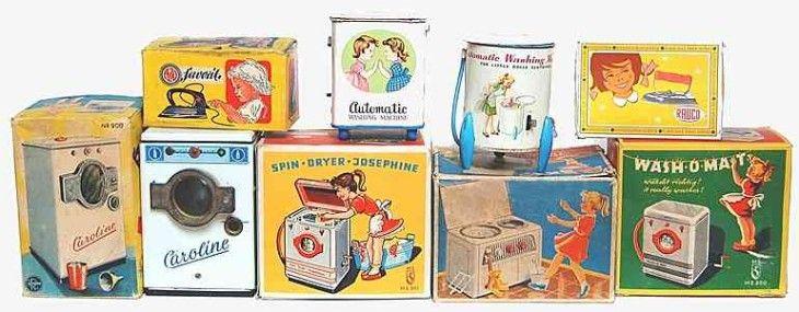 Heutzutage kaum vorstellbar ist, dass im Jahr 1953 gerade einmal 9 Prozent aller bundesdeutschen Haushalte über einen elekrischen Kühlschrank verfügten (zehn Jahre später waren es dann immerhin schon 52 Prozent). Da es sich mit anderen Elektrogeräten kaum anders verhielt, vollzog sich im Verlauf der 1950er und 1960er Jahre eine großflächige Elektrifizierung der Haushalte. Parallel dazu gab es ein großes Angebot von spielgerechtem haushaltswirtschaftlichem (Mädchen-) Spielzeug für die…