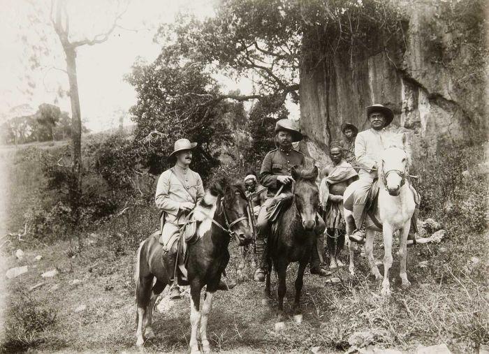 COLLECTIE TROPENMUSEUM Dokter-luitenant Wil Poser tijdens een tocht te paard in het gezelschap van de civiele posthouder TMnr 60052438.jpg