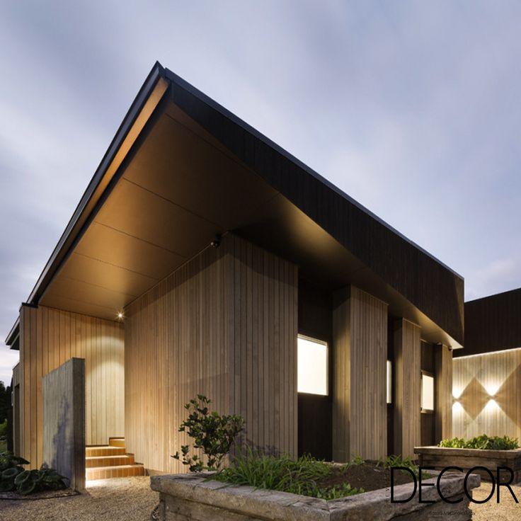 Assinada pelo escritório MRTN Architects, House Under Eaves divide espaços sociais e íntimos em duas áreas integradas, que recebem fachada em madeira de cedro combinada a um telhado resistente à ação do tempo da região de Point Wells, na Nova Zelândia.