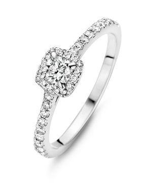 Deze ring van Diamond Point is vervaardigd uit 18 karaat witgoud en is gezet met een cushion (hearts & arrows) en 34 briljant geslepen diamanten. Hearts & Arrows is de meest perfect geslepen diamant. De ideale verhoudingen en de volmaakte facetten creëren een buitengewoon effect van 8 pijlen boven in de kroon en 8 harten onder in het paviljoen van de diamant. Met een speciale loep worden harten en pijlen zichtbaar in de diamant. Deze loep ontvangt u cadeau bij dit sieraad.