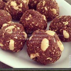 Шоколадные шарики с цельным арахисом (веганские) Нам понадобится: (10-12 шариков)  7 ст. ложек овсянки  4 ст. ложки кукурузной муки  3-4 ст. ложки какао  4 ст. ложки кленового сиропа (или мёда)  2 ст. ложки растительного масла  3 ст. ложки миндального или обычного молока  4-5 ст. ложки арахиса
