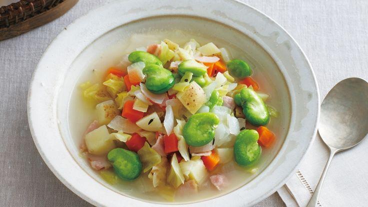 渡辺 有子さんのそら豆を使った「そら豆とたっぷり野菜のミネストローネ」のレシピページです。おいしい豆と野菜の具だくさんスープを提案します。素材のうまみを丁寧に引き出し、バターとタイムで香りづけしたやさしい味わいです。 材料: そら豆、新たまねぎ、春にんじん、春キャベツ、新じゃがいも、ベーコン、タイム、白ワイン、粗塩、バター、塩
