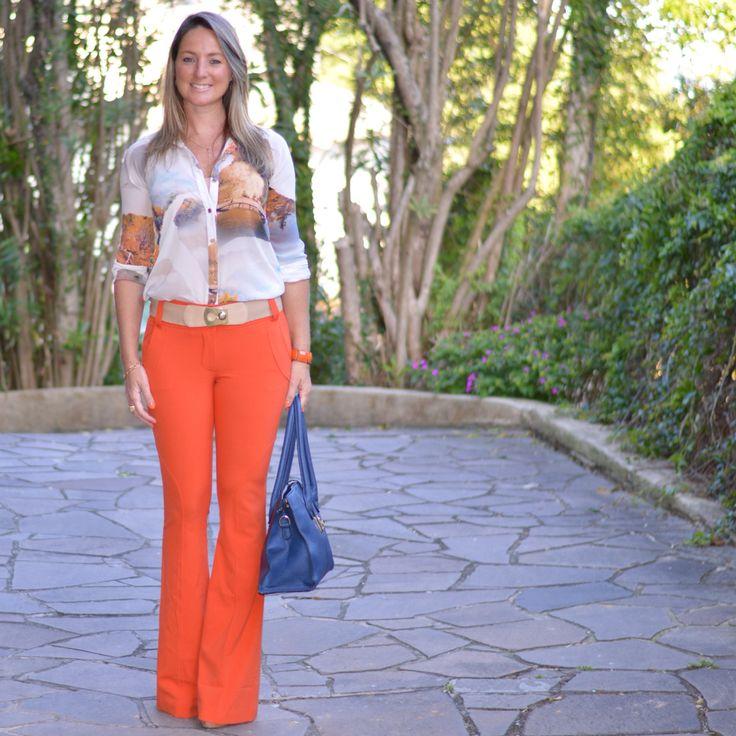 Look de trabalho - calça flare - calça laranja - camisa estampada - look de verão - bolsa azul - work outfit - look executiva - moda corporativa