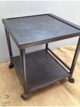 """Ancienne desserte d'hopital Cette ancienne petite table à roulettes tout en metal provient d'un hôpital.  Elle a été entièrement décapée, brossée et patinée et peut facilement être détournée en table de chevet, bout de canapé , ou desserte dans une salle de bains .  Dans tous les cas c'est un élément très """"déco industrielle""""!  L. 40 cm   l. 40 cm   H. 45 cm"""