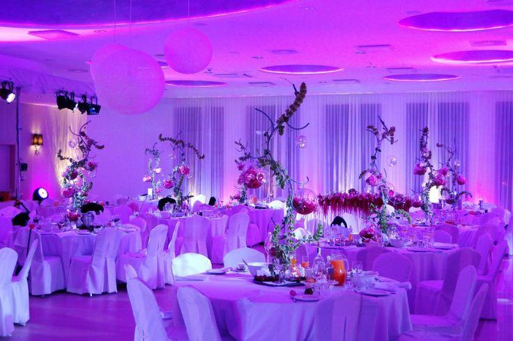 Hotel Kristoff *** mieści się w Łaszkowie, nieopodal Kalisza. Oferuje klimatyzowaną salę bankietową na 300 osób z możliwością podziału na 2 mniejsze, niezależne sale.   http://www.salemarzen.pl/sale-weselne/kalisz/hotel-kristoff