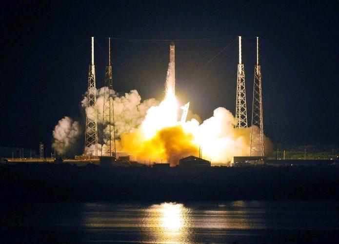 Mayo 22 de 2012 - La nave Halcón 9 parte de Cabo Cañaveral rumbo a la Estación Espacial Internacional. (AFP/VANGUARDIA LIBERAL)