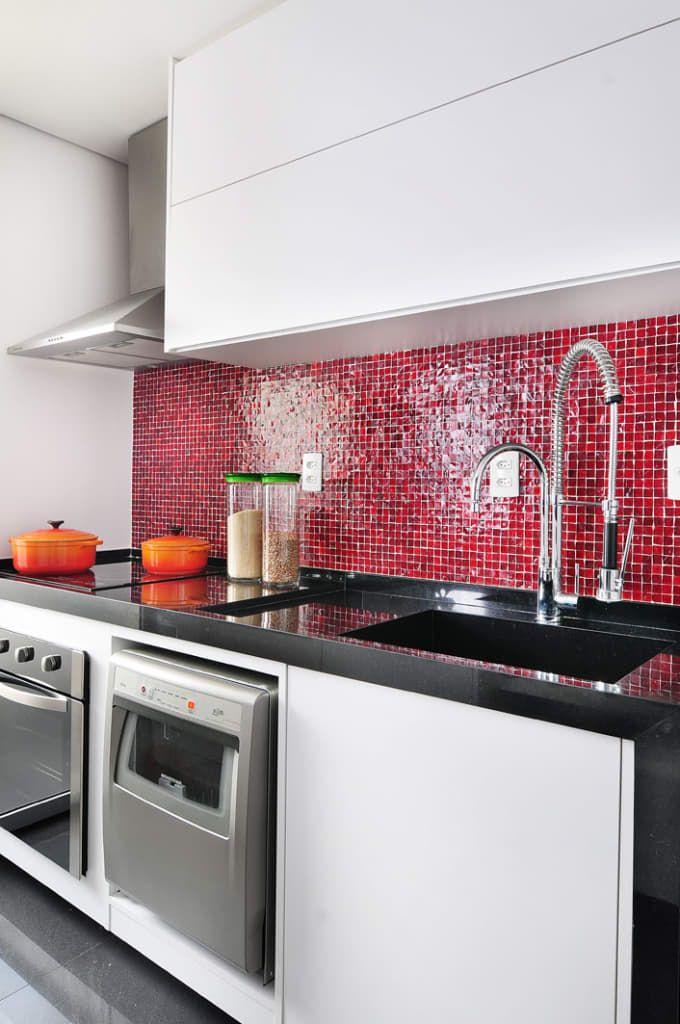 Sfoglia le immagini di Cucina in stile in stile Minimalista e di colore rossa di Mario Catani - Arquitetura e Decoração. Lasciati ispirare dalle nostre immagini per trovare l'idea perfetta per la tua casa.