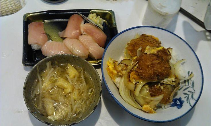 不味そう飯: 豪華、生寿司とカツドンである!しかも、この他にキムチも買って来た。三者がそれぞれ自己主張してお互いの持ち味を完全に殺しているという日本をめぐる近隣諸国の関係のような食い物である。世界平和。
