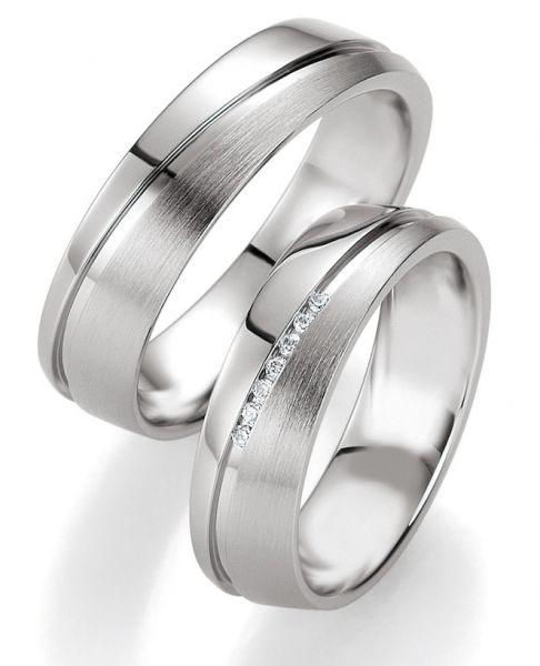 Halb matt halb poliert. Mit diesem Ring starten sie in glamorösem Stil in den Frühling. #eheringe #verlobung #love #forever #happy #lucky #diamond #ring