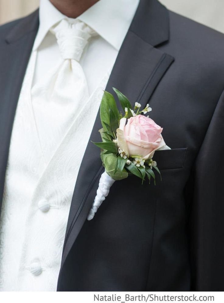 Boutonniere aus Rose und Grün beim Bräutigam für russische Hochzeiten