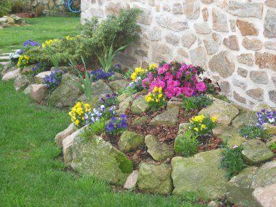Jardin con piedras y plantas canteros con piedras for Jardines de casas rusticas