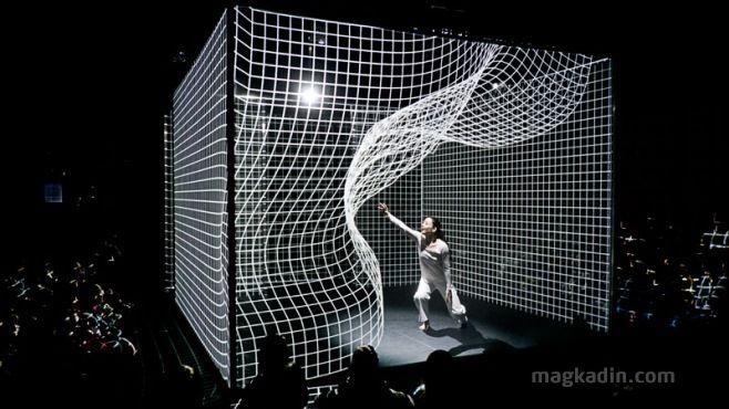 Işık Bükme Dans Performansı-Japonca'da Hakanaï geçici, kırılgan, çabuk kaybolan ve rüyalar ile gerçeklik arasında yer alan durumlardaki bir şeyi ifade etmek için kullanılır.