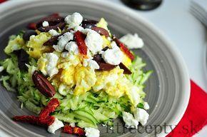 Nízkosacharidový cuketový šalát s praženicou, feta syrom a olivami. Vyskúšajte ho napríklad na večeru! ;) Ingrediencie (na 1 porciu): 1 malá cuketa 3 vajcia 5 olív 1 PL nadrobeného syru feta sušené/čerstvé paradajky balzamikový ocot (voliteľné) morská soľ mleté čierne korenie Postup: Vajcia rozbijeme, rozmiešame a pripravíme si z nich omeletu. Cuketu očistíme, umyjeme a […]