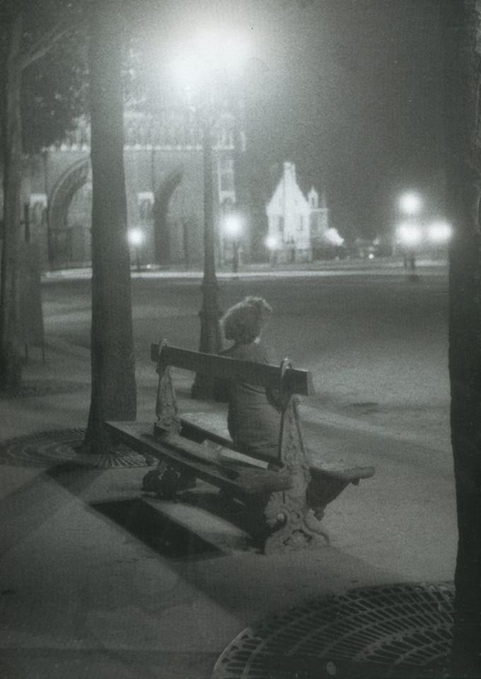 Sur le parvis de Notre-Dame, en 1945. IZIS BIDERMANAS