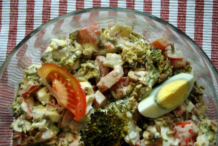 Gospodyni Miejska: Sałatka brokułowa z pomidorem, jajkiem i fetą