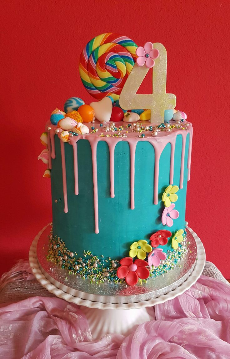Dripping bling bling  verjaardagstaart ! Gemaakt door Zoet ( Hetti Wolfs) Taart is bekleed met witte chocolade ganache, gedecoreerd met fondant, suikerparels, merengues en snoep
