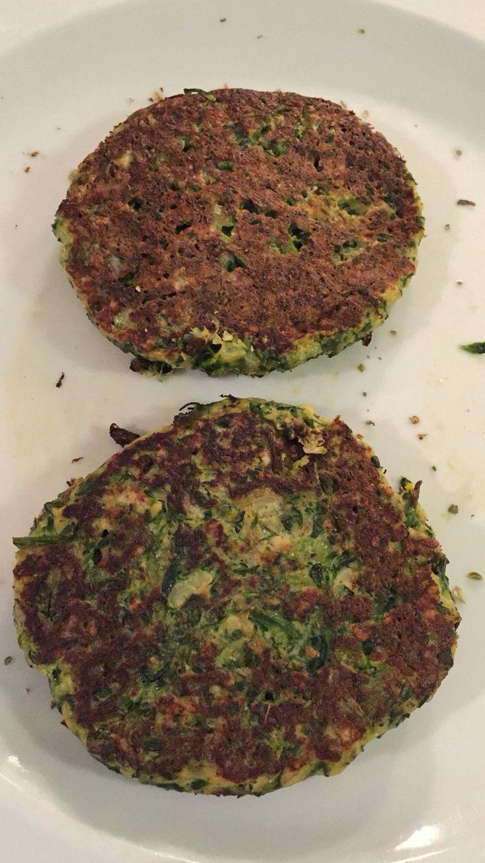 Hambúrguer de brócolis: 1 maço de brócolis cozido, cebola, alho, ervas, sal e…