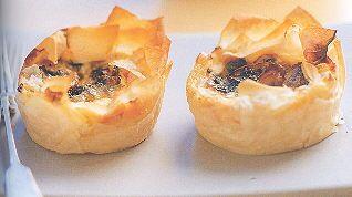 Heerlijk in filodeeg verpakt met Cheddar, Ricotta, uitjes, knoflook en champignons. Echt leuk om deze tapas is uit te proberen.