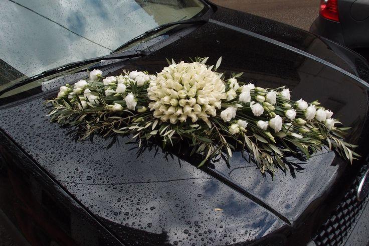 συνθεση αυτοκίνητου με λευκά τριαντάφυλλα λυσιανθους και φύλλωμα ελιάς...Δεξίωση | Στολισμός Γάμου | Στολισμός Εκκλησίας | Διακόσμηση Βάπτισης | Στολισμός Βάπτισης | Γάμος σε Νησί & Παραλία.
