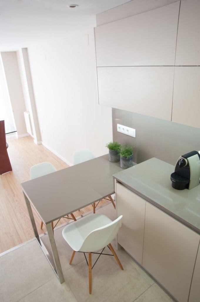 Cocina Lacca Beige. Haz que tu cocina sea cómoda para tu familia, aprovechando para los espacios para compartir esos momentos de cocinar, comer, estar, disfrutar,... Idea: Una mesa en península...