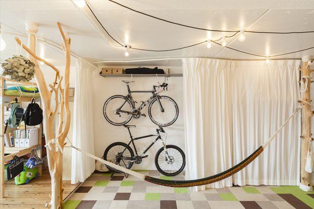 収納や簡易な間仕切りにはカーテンを。曲線のレールと布で柔らかく目隠し。