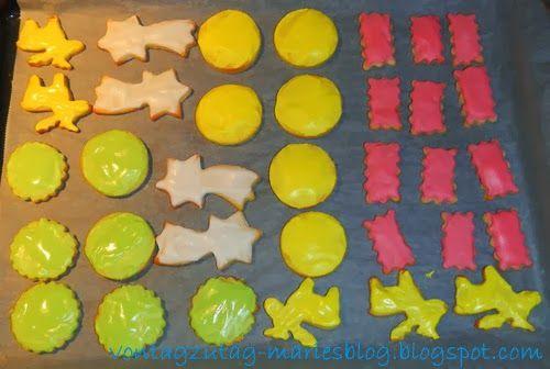 @vontagzutagmari Weihnachtskekse. Einfache Ausstechkekse mit bunter Zucker-Zitronenglasur. Leicht nachzubacken, gelingt immer. Tolles Rezept für das Backen mit Kindern. http://vontagzutag-mariesblog.blogspot.com