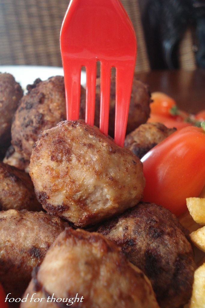 Κεφτεδάκια με ντιπ από γιαούρτι και μουστάρδα http://laxtaristessyntages.blogspot.gr/2012/04/blog-post_29.html