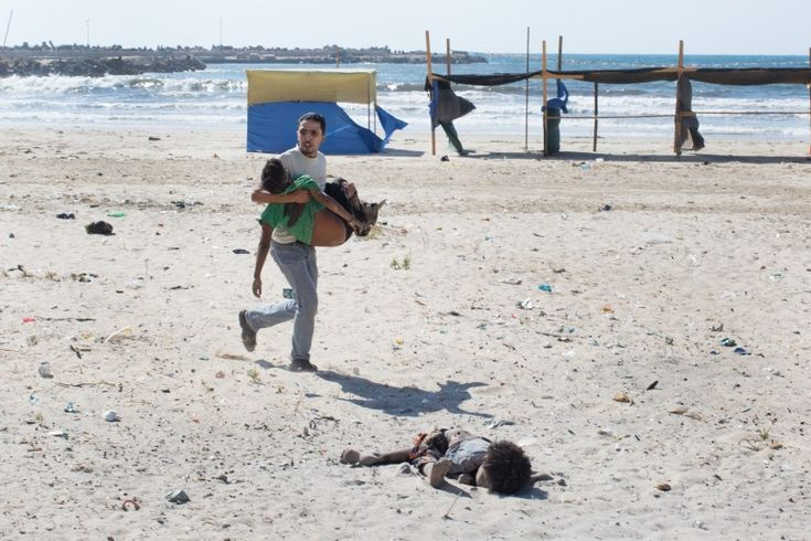 I vincitori del World Press Photo 2015: Spot News, 2° premio Tyler Hicks, Stati Uniti, New York Times Striscia di Gaza, 16 luglio 2014 Un bombardamento israeliano in una spiaggia a Gaza, che ha ucciso quattro bambini e ferito un adulto - Il Post