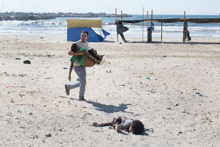 I vincitori del World Press Photo 2015: Spot News, 2° premio Tyler Hicks, Stati Uniti, New York Times Striscia di Gaza, 16 luglio 2014 Un bombardamento israeliano in una spiaggia a Gaza, che ha ucciso quattro bambini e ferito un adulto - Il Post