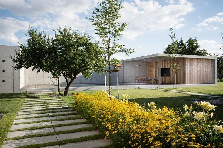 Objekt svojou geometriou a výškou nadväzuje na hmoty domu a uzatvára priestor átria. Záhradný pavilón bol realizovaný ako druhá etapa rodinného domu olomouckej mestskej časti Slavonín. Rodinný dom je umiestnený na južnej hranici pozemku a ohraničuje pohľad z obývačky. Stavba geometricky nadväzuje na rodinný dom a uzatvára átrium, ktoré rozširuje o bazén a terasu. Hmoty+ Read More