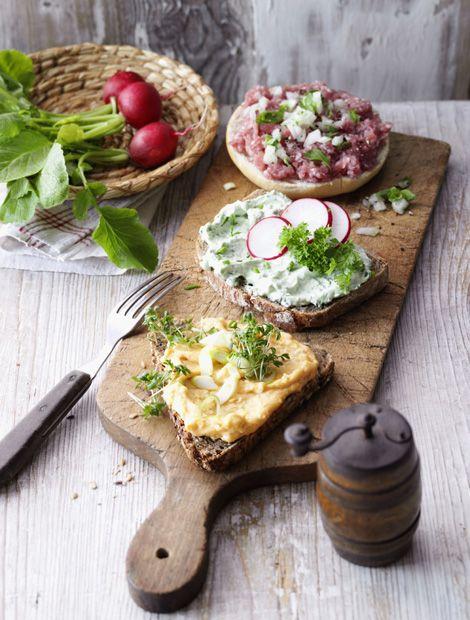 Abendbrot Dreierlei mit Obazda, Quarkbrot und Mettbrötchen Zutaten: 80 g reifer Camemberts, 80 g Frischkäse, 10 g weiche Butter, 1 TL Papr