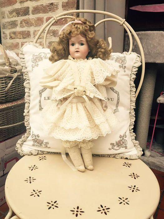 hele mooie oude armand Marseille pop  gemerkt 370A.M.5/0 DER 15 de pop is 42 cm groot ,gezichtje heel gaaf ,geen haarlijnen, lijfje is in leder en in goeie staat  mooie blauwe ogen ,mondje met tandjes , heel oud origineel kanten kleedje  pop is in goeie staat ,