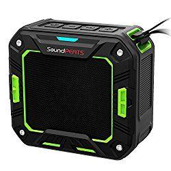 SoundPEATS 【メーカー直販/1年保証付】 Bluetoothスピーカー 防水防塵仕様 耐衝撃 ポータブルスピーカー マイク搭載通話可能 10時間連続再生 P2 (ブラック・グリーン) おすすめ度*1 ゴムで耐衝撃処理と防水加工されたスポーツスタイルのワイヤレススピーカー。aptXには対応しない。両面から音が聞こえるので小型の割に音量は大きい。また裏と表で音の大きさが異なり、聞こえも若干異なるため、表でうるさく感じたら裏返せばマイルドになり聞きやすくなる。 ノイズ感はないが、遅延が多少あるのが気になる。動画鑑賞時は口パクがわかる程度、だいたい0.5秒ほどの差があるように思われる。一方で…