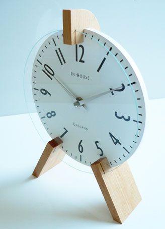 Relógio de mesa com suporte de pinus