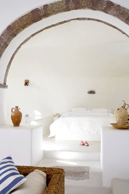 Dormitorio con arco antiguo