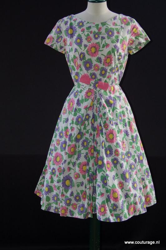 Horrockses: Zomerjurk van wit katoen bedrukt met roze en paarse bloemen en groene bladeren (1950E030)