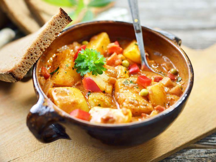 Vegetarisch, herzhaft, lecker: Gemüsegulasch ist das perfekte Soulfood und schmeckt dank Majoran, Kümmel und Co. so würzig wie das Original.