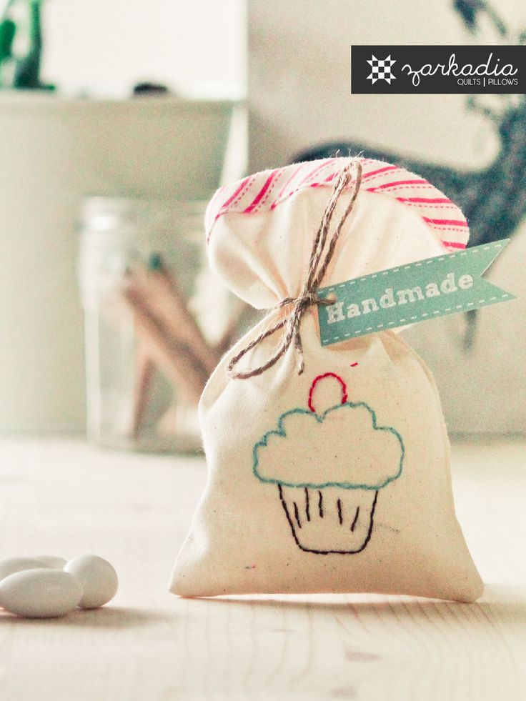 Christening favors with cupcake embroidery, pink stripes favor bags, girl Baptism favors, party favors, baby shower, cupcake theme €4,5 #christening #christeningfavors #baptismfavors #favorbags #mpomponieres #μπομπονιερες