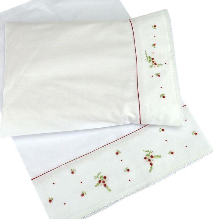Jogo de lençol para carrinho de passeio ou berço de maternidade, com bordado moranguinho. Compre online www.xiquexiquebrasil.com.br