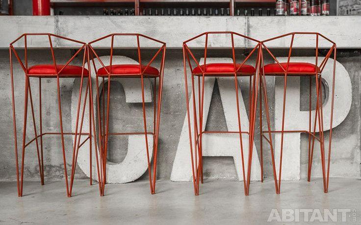 Красные барные стулья