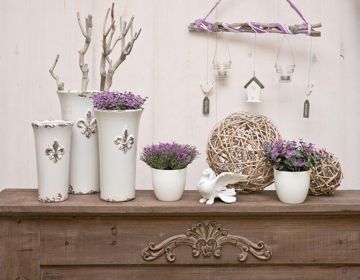 Lavendel in der Vase mit Windlichthänger und Vogel aus Porzellan