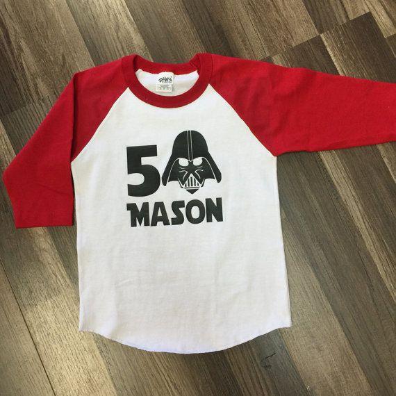 Ayant une partie de Star Wars ? Ajouter cette chemise sur mesure d'anniversaire d'anniversaire garçon ou fille âge et le nom sur le devant.  SI NE SAIS PAS QUELLE TAILLE CHOISIR S'IL VOUS PLAÎT CONTACTEZ NOUS...  T-SHIRTS BLANCS VIENNENT DANS LES TAILLES 2 T-7 RAGLAN CHEMISES SONT DISPONIBLES EN TAILLES XSM-XLG... Assurez-vous de faire défiler vers le bas le tableau des tailles pour choisir la bonne taille...  Chemise de baseball disponibles de couleurs : bleu royal/blanc noir/blanc…