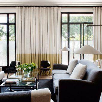 salon design lumineux parquet en bois clair porte fenêtres métalliques canapé en lin table basse en verre fauteuils design